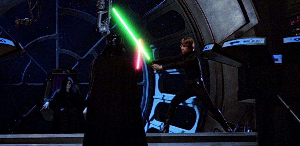 Duelo a muerte entre Luke y su padre, con el siniestro Palpatine atento a la contienda